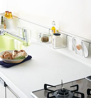 豊富なハンガーアイテムで、キッチンワークもはかどる。(オプション)