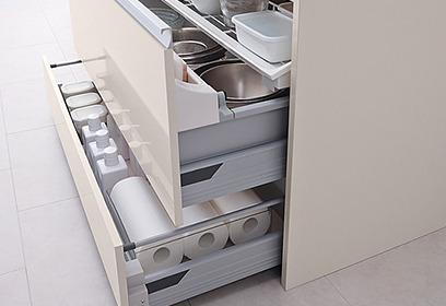 足元のスペースを使った引出しは、ストック品などの収納に便利です。