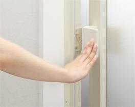 ハンドルを軽く押したり、引いたりすることで開閉できる「開き戸プッシュプルハンドル」
