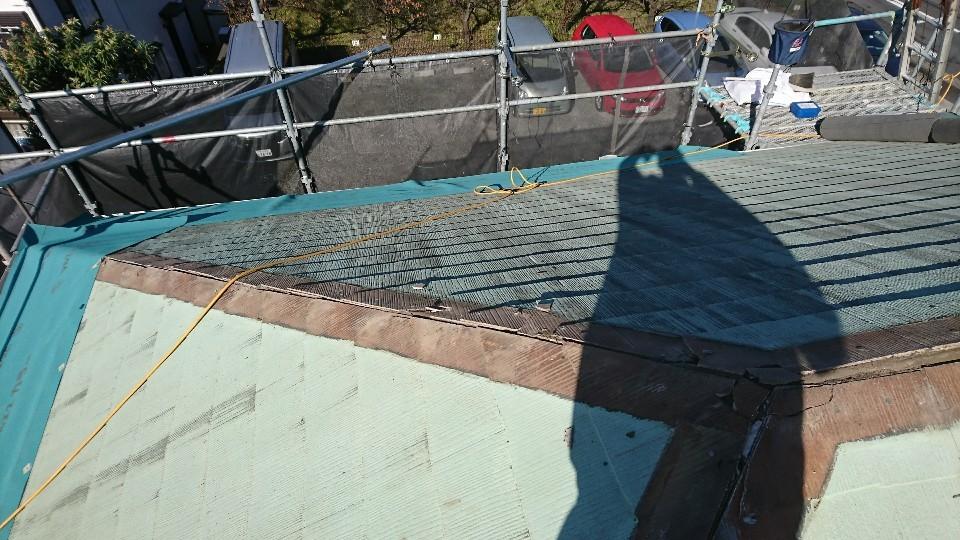 ルーフィング上葺き施工状況 下から張っていきます