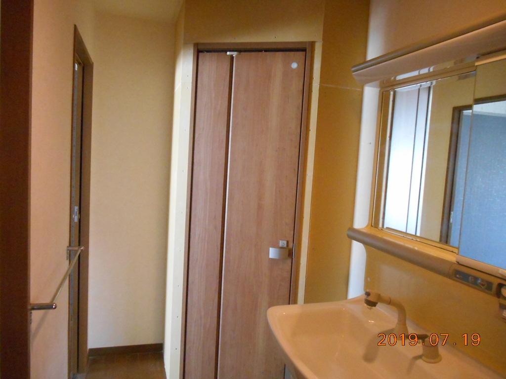 原状復旧間トイレ仕切り壁扉取付工事