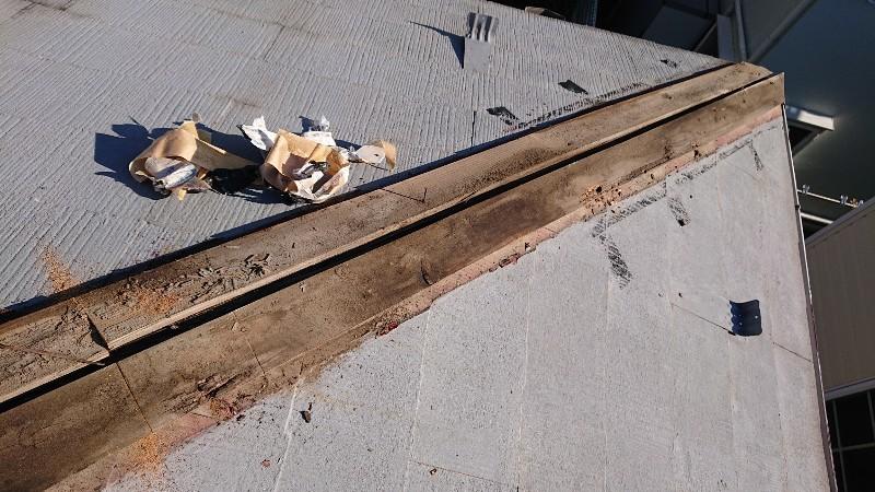 棟押えトタンを外してみると 棟木が部分腐食していました