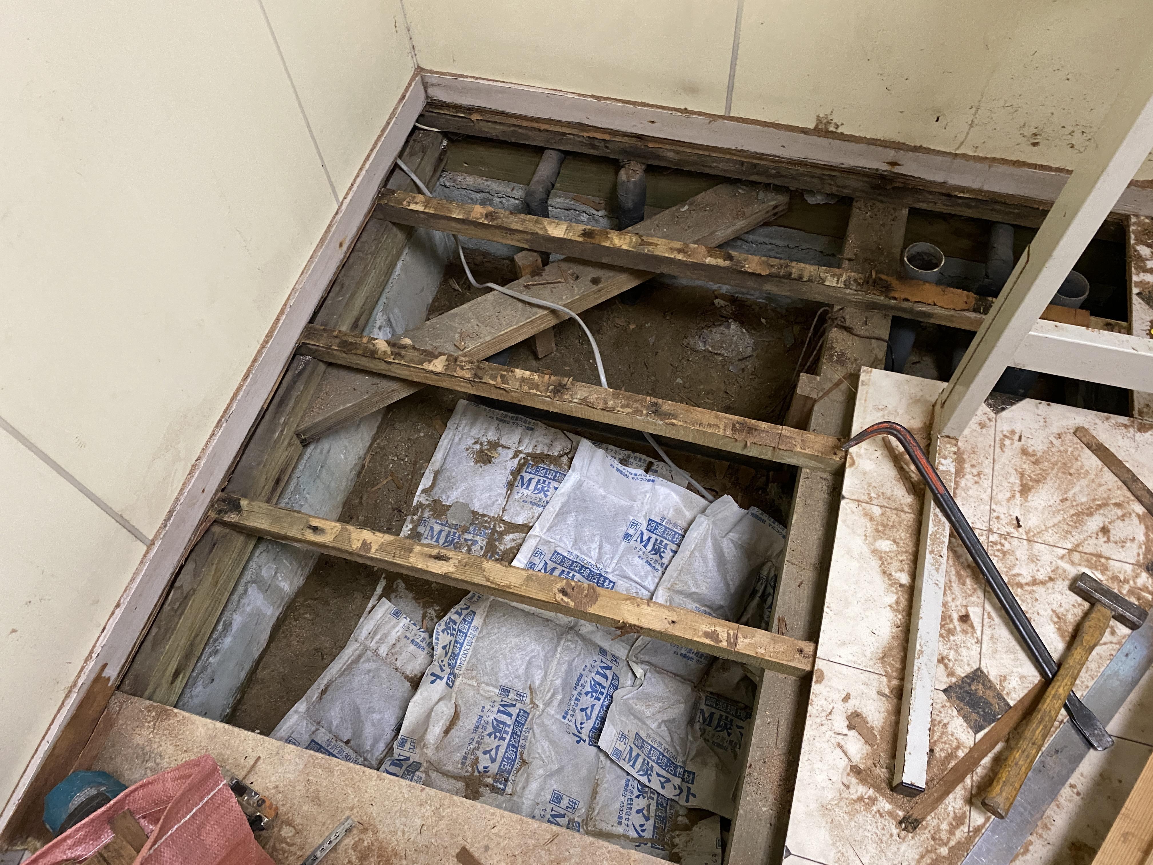 洗濯機下床が腐食している為 床板解体及び根太補強